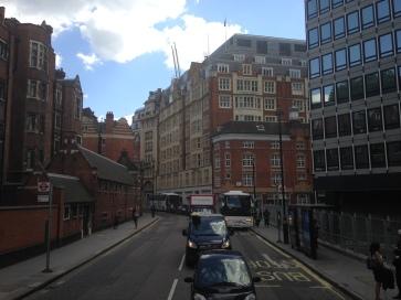 Bangunan-bangunan yang mendominasi kota London berasal dari dinding dengan bata merah