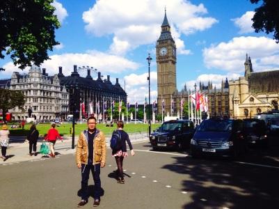 Membelakangi Istana Westminster dan Big Ben
