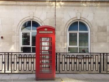 Salah satu Icon Kota London: Telepon umum berwarna merah yang ada di setiap sudut kota