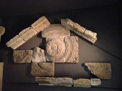Pecahan relief kepala Gorgon. Pecahan patung LELAKI ini dipercaya sebagai simbol DEWI  Sulis Minerva.