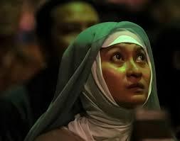 Iyam merubah bentuk jilbabnya agar terlihat seperti suster