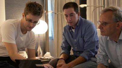 Glenn Greenwald, Ewen MacAskill dan Snowden sedang membasa salah satu dokumen rahasia negara